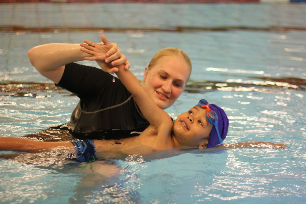 Svømmer med instruktør