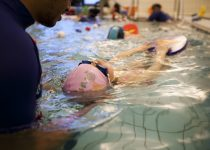 Barn som svømmer på rygg