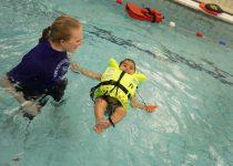 Baby flytende i svømmevest